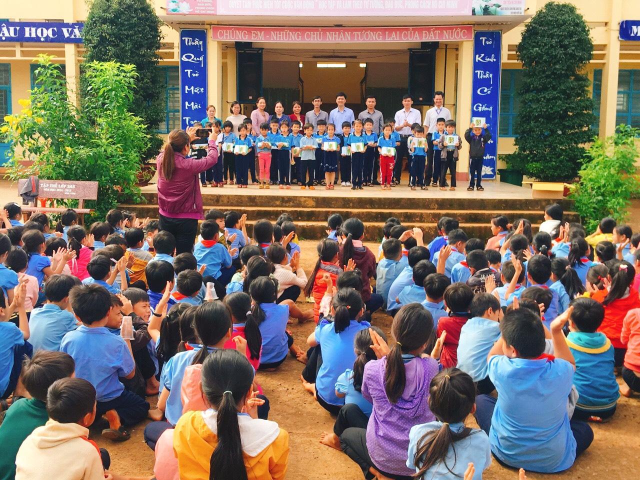 Ảnh: Quỹ BVPTR trao tặng tập tại trường Trường tiểu học Nguyễn Văn Trỗi - Bù Đăng
